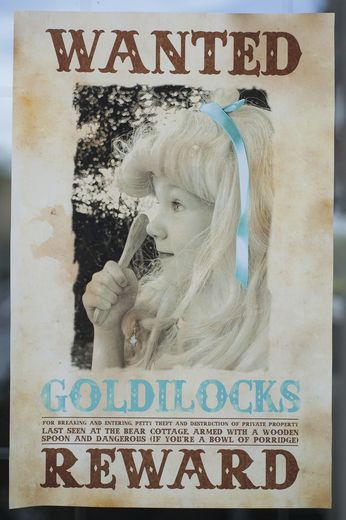 CUTE CUTE Goldilocks and the three bears birthday party. Thinking of doing this for Jewel's 3rd. She LOVES that story. This blog is amazing for party ideas!!