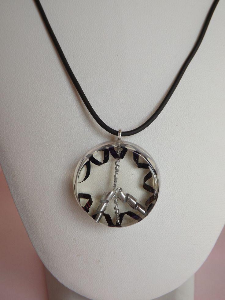 """Collier au symbole """"peace and love"""" en résine, chips d'aluminium et acier : Collier par long-nathalie"""
