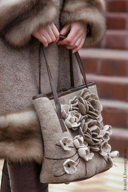 Bolso y flores