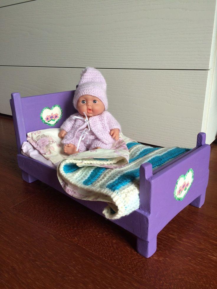 Lettino per bambole fatto a mano e dipinto a mano in legno, corredato di completo letto e copertina ad uncinetto. Handmade doll's bed.