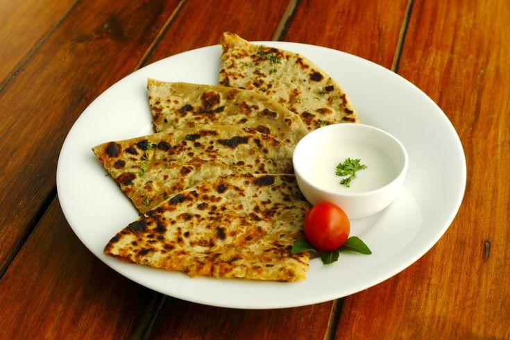 Conheça cafés da manhã do mundo por nações:  CAFÉ INDIANO Aloo Paratha é o tradicional café da manhã indiano, servido com chá, manteiga e picles