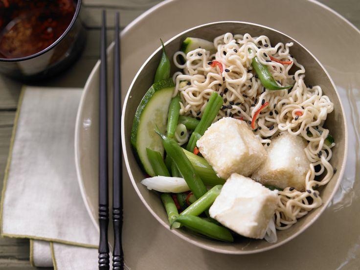 Asiatische Nudeln - mit Gemüse und Tofu - smarter - Kalorien: 500 Kcal - Zeit: 35 Min. | eatsmarter.de
