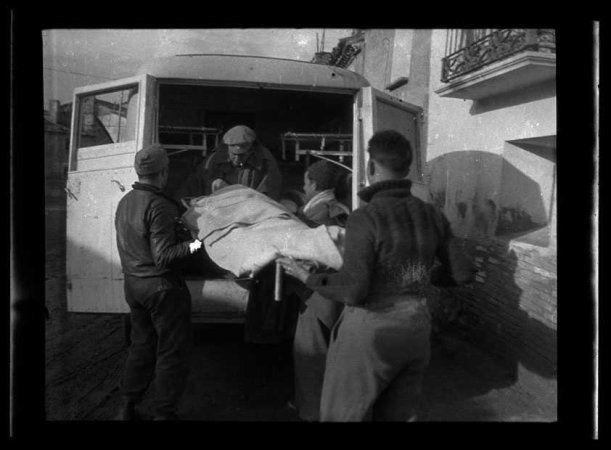 Cuatro soldados de la 143a Brigada Mixta del Ejército Popular de la República evacuan una anciana en una ambulancia, en Grañén. Fecha (es) 01/04 / 1937-31 / 03/1938