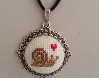 Point de croix de l'escargot collier, Croix collier, Pendentif Croix, collier escargot, escargot pendentif, collier broderie, bijoux,
