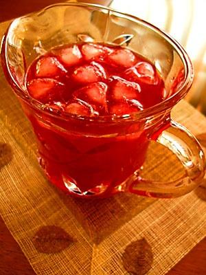 vişne suyu ve meyveli buzlu çay