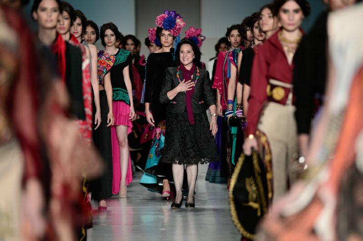 #IM60 La señora Rosario Mendoza, diseñadora detrás de Takasami Casa de Moda, en el cierre de su desfile en la inauguración de Intermoda.