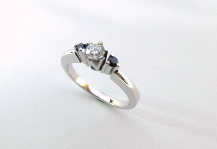 Elegante y audaz  anillo de compromiso en oro blanco de 18k, puedes elegir las piedras que mas te gusten, diseño fabricado por encargo R915  #duranjoyerosbogota #joyasbogota #hermosasjoyas #renovamostujoyero #hechoamano #fabricaciondejoyas #oro #anillos #aretes #argollas #anillosdecompromiso #dijes #compracolombiano #colombia #gold #handmade #jewelry  #novias #matrimonio #esposos  #boda #novio #wedding #husbands #Feliznavidad  #navidad2017 #navidadenduranjoyerosbogota