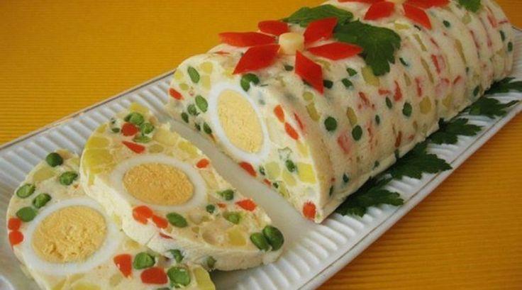 INGREDIENTE: -200 g de morcov; -200 g de mazăre verde congelată; -350 g de cartofi; -200 g de șuncă; -100 g de mere; -suc de lămâie; -sare, piper negru măcinat; -6 linguri de maioneză; -3 linguri de smântână; -5 ouă fierte; -200 ml de supă de legume; -20 g de gelatină; -o lingură de muștar. MOD DE PREPARARE: 1.Fierbeți cartofii și morcovii. Tăiați-i în cubulețe. 2.Fierbeți mazărea. 3.Tăiați mărunt șunca și merele. Stropiți merele cu suc de lămâie. 4.Amestecați toate aceste ingrediente…