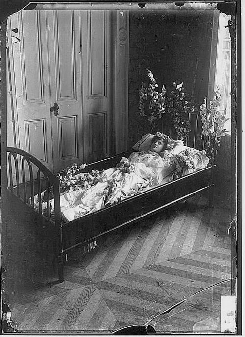 Post mortem photography is fascinating!!