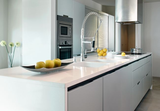 Dise os de cocinas por tama o dise o y color pisos for Marmol cocina colores