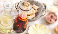 sangria, spaanse drank met vuchten, likeur en rode wijn