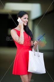 Afbeeldingsresultaat voor women walking with mobile