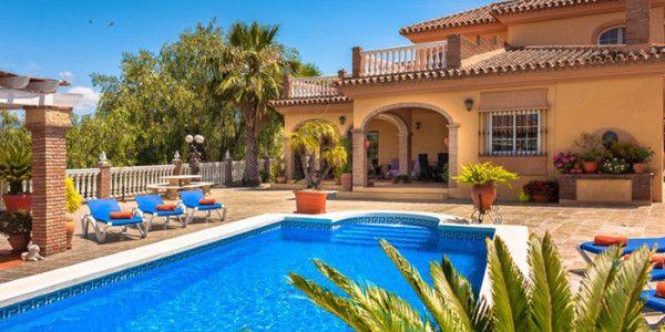Luxe vakantiehuis met zwembad en jacuzzi in Zuid Spanje voor 6 of 10 personen  Deze luxe vakantievilla La Granja Elisa heeft 3 slaapkamers, 4 badkamers, waarvan 1 met jacuzzi, een open keuken en een privé zwembad (8x4m). Onder het huis liggen nog 2 slaapkamers die een aparte toegang hebben. Het huis is daardoor voor grote gezinnen met 6 personen én met 10 personen te huur. De extra 2 slaapkamers worden natuurlijk niet verhuurd als je met 6 personen komt. Het terrein is maar liefst 5000 m²…