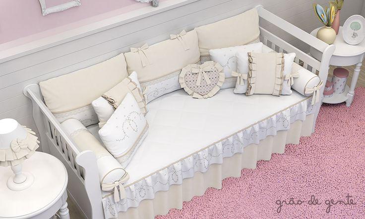 O kit para cama babá Alice Bege é encantador! Com muitas almofadinhas, a cama ganha mais personalidade e muito capricho!
