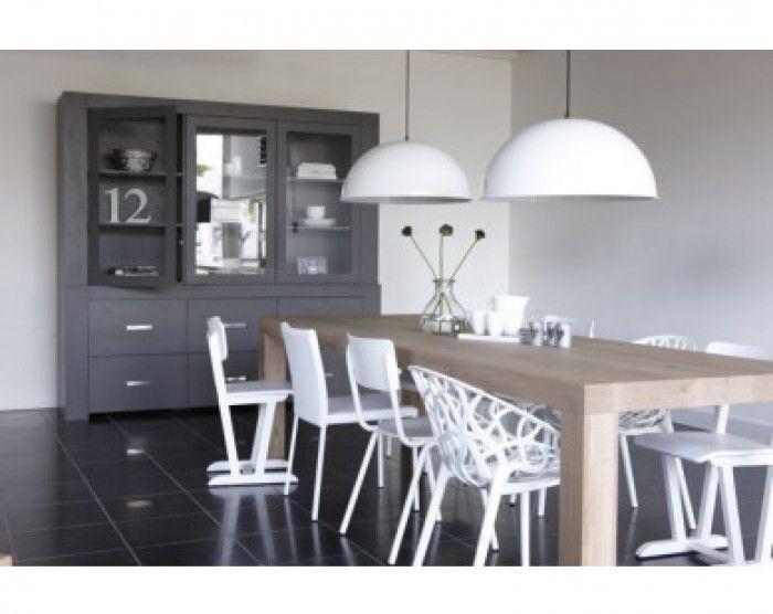 mooie lampen en stoelen bij eettafel en ook mooi bij donker grijs