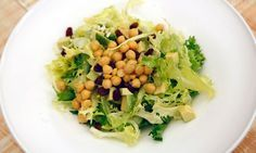 Receta de Karlos Arguiñano de ensalada de garbanzos cocidos, aguacate, pasas, escarola y ajo picado, un plato sencillo y nutritivo, apto para vegetarianos y veganos.