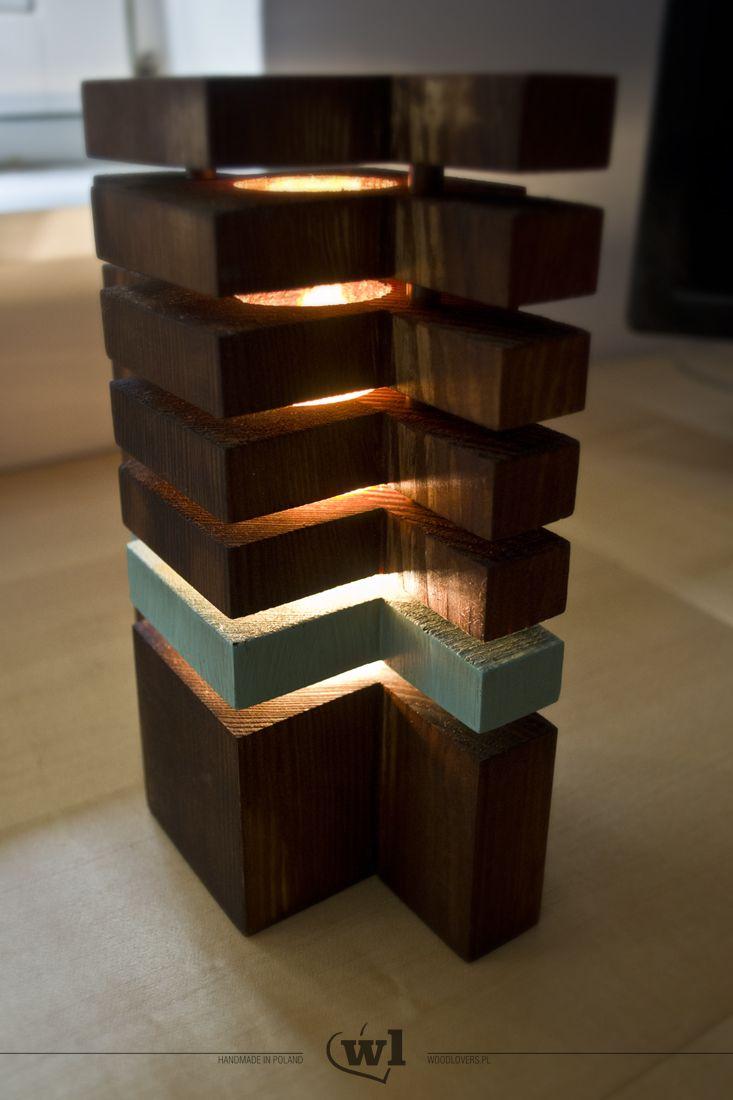 """Nowoczesna lampka stojąca. Całość wykonana z litego drewna sosnowego. Nietypowy kształt i """"lewitujące piętra"""" zadziwią nie jedną osobę. Lampka daje przyjemne, ciepłe światło nie rażąc w oczy. Konstrukcja pozwala na łatwą wymianę żarówki, bez konieczności użycia jakichkolwiek narzędzi. Na zamówienie mogę wykonać lampkę w innym kolorze. Zapytaj o dostępne warianty. Wymiary: 9x14,5x21cm Długość przewodu: 190cm Wykorzystane materiały: lite drewno sosnowe, bejca, farba akrylowa, olej naturalny…"""