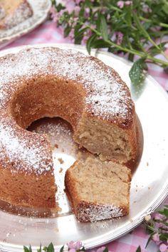 En mosad banan i smeten gör sockerkakan oerhört saftig och god.