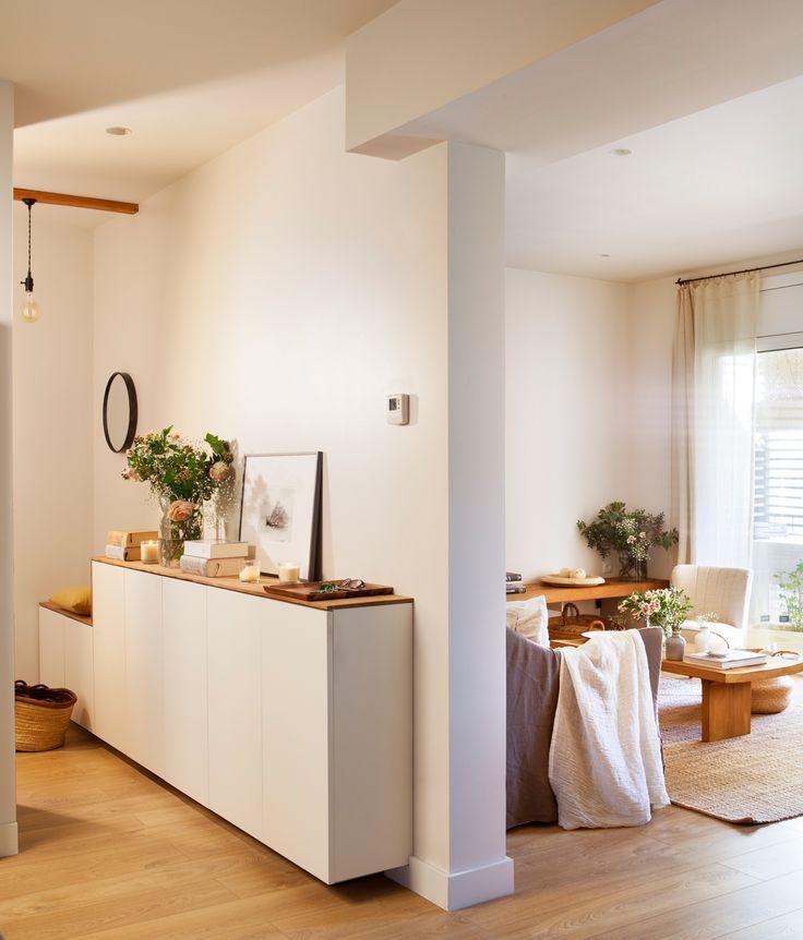 mueble blanco y madera estrecho con puertas y banco de