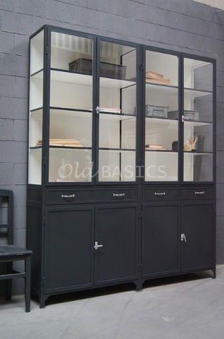 Apothekerskast 10190 - Hoge tweedelige apothekerskast met een stoere zwartgrijze kleur. De ijzeren kast heeft achter de dichte deuren een legplank in het midden, daarboven twee lades op geleiders. MAATWERKDit meubel is handgemaakt en -geschilderd. De kast kan in vrijwel elke gewenste maat, indeling en RAL-kleur worden nabesteld. Benieuwd naar de mogelijkheden? Kom eens langs, of neem contact met ons op. Wij maken vrijblijvend een offerte voor het meubel van uw voorkeur!