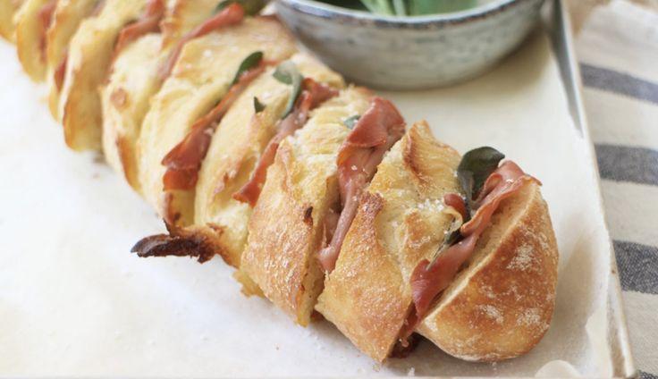 Serveer dit knoflookbrood met salie en Parmaham en je maakt gegarandeerd iedereen blij! Ook lekker met pesto, runderrookvlees of zongedroogde tomaatjes.