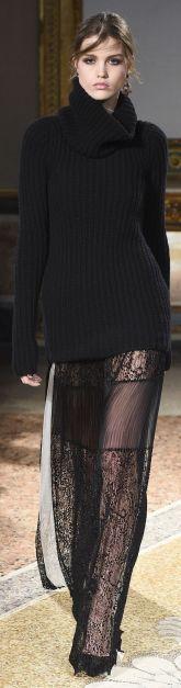 свитер оверсайз, длинная кружевная юбка