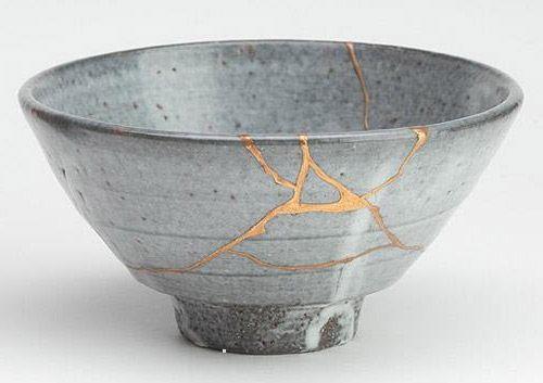 """Kintsugi, oder auch kintsukoroi, ist eine japanische Methode, zerbrochene Keramik wieder zusammenzusetzen und bedeutet wortwörtlich """"goldene Verbindung"""" oder """"mit Gold reparieren"""". Eine Mischung aus Gold und Lack oder Kleber wird in die Risse eines Gegenstände gegeben, um die Bruchstücke wieder zu vereinen. Das kaputte Objekt wird transformiert, funktioniert wieder. Sowohl die Bruchstellen als auch die Reparatur werden visuell hervorgehoben und Mängel werden zu Vorzügen."""