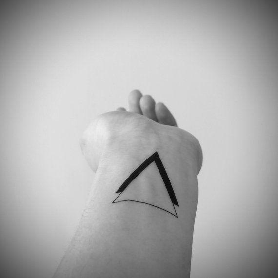 les 25 meilleures id es de la cat gorie tatouages triangle. Black Bedroom Furniture Sets. Home Design Ideas