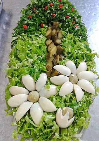 Salada de alface americana cortada em tiras, rúcula também cortada em tiras finas, pepino em conserva, tomate cereja e margaridas de ovos ...