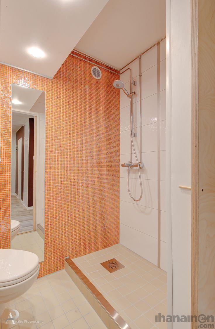 Ihanainen.com sisustussunnittelu. Remontin myötä uusi energinen ilme ja tehokasta tilankäyttöä.  .#kylpyhuone #wc #sisustus #sisustussuunnittelu #ihanainensisustus #toilet #bathroom #tiles #mosaic #interior #design #renovation mosaic KC RAINBOW ORANGE RC98 1.5X1.5 (30X30). Floor Tiles Pukkila Kivi Beige