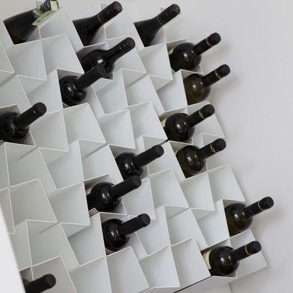 ZIIGZAAG vin·reol i dynamisk og enkelt design. Kan kombineres i et hav af mønstre med plads til uanede mængder af vin :o)  Fås i hvid og sort.