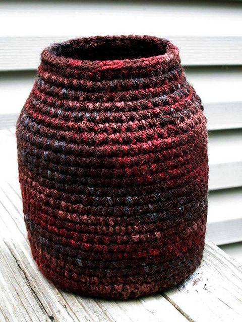 Earth Tone Crochet Vase:     video: http://www.youtube.com/watch?v=BXRV_lohQtM         ♪ ♪ ... #inspiration_crochet #diy GB http://www.pinterest.com/gigibrazil/boards/
