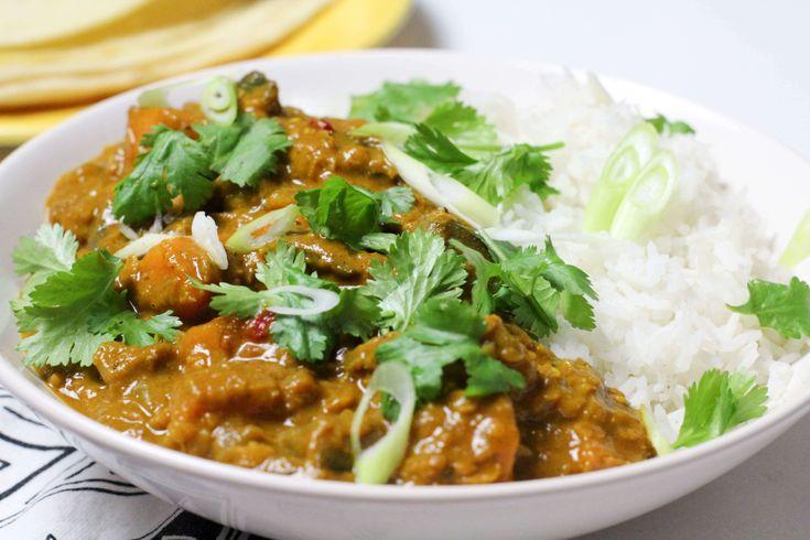 Deze heerlijke linzen curry met aubergine en zoete aardappel is ideaal om bij op te wamen op een herfstige dag. Serveer met rijst én roti, super lekker!