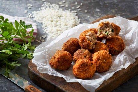 Παραδοσιακή μαγειρική: Κροκέτες με κιμά, ρύζι και γραβιέρα Χωριό