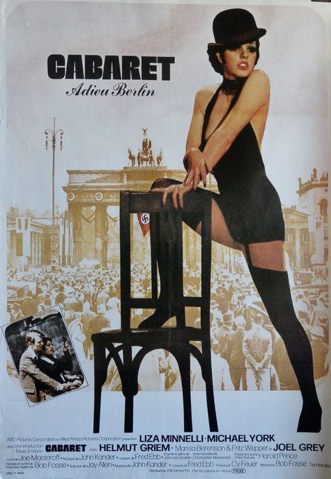 """Cabaret Adieu Berlin. Liza Minnelli chante et danse dans l'Allemagne nazie, réalisé par Bob Fosse. An Original Vintage Theatrical Plié français """"Affiche"""" Affiche du film par l'artiste René Ferracci (1.927 à 1.982). Mesures 86 x 60 cm Bon état général. Toutefois, il a une petite tache à faible frontière et la frontière gauche et faire revenir les plis qui seraient invisibles une fois encadrée. image de messagerie centrale en bon état. Sera envoyé dans un tube avec code de suivi. Les images…"""