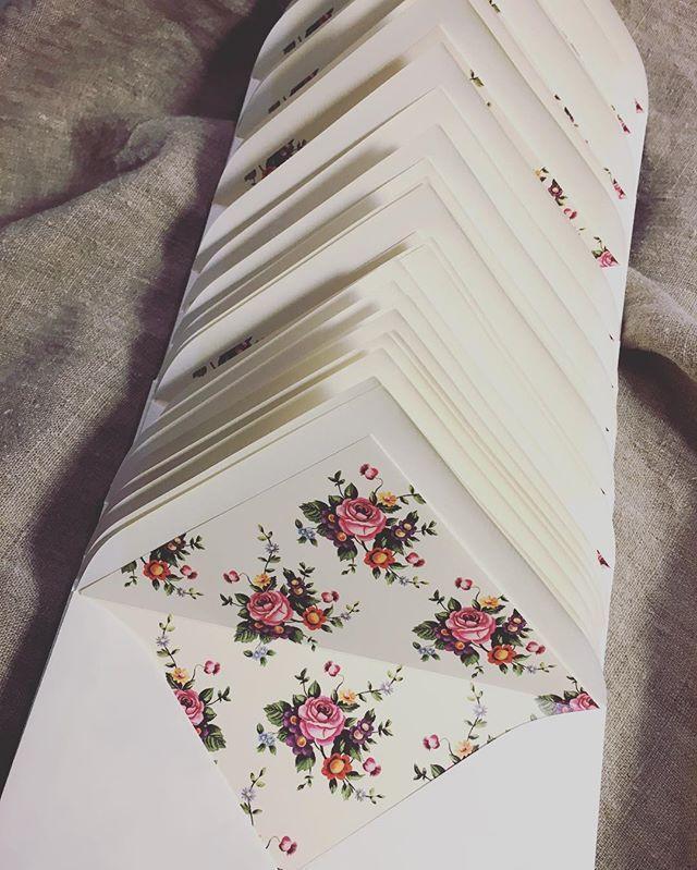 Handfodrade kuvert färdiga för leverans. www.annagorandesign.se #kuvert #inbjudningskort #fodratkuvert…