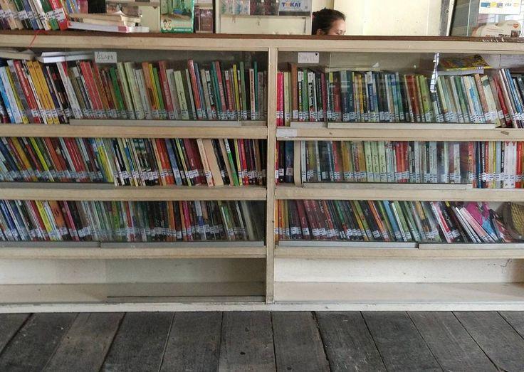 Jarang nemu rumah makan yang nyediain buku untuk dibaca selayaknya perpustakaan. Salut.