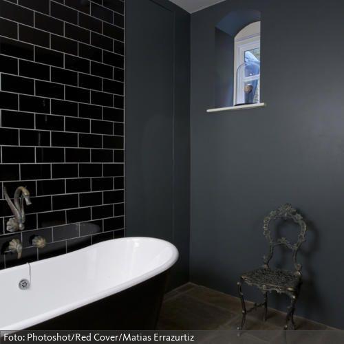 Dunkel gestrichene freistehende Badewanne mit nostalgischer Armatur | roomido.com