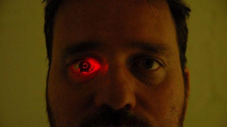 かつて目があったところにはカメラがある。「アイボーグ」になったカナダの映画作家の夢は「電脳化」