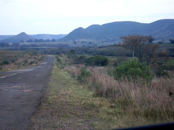 La Ruta Nacional No. 30, en el tramo Tranqueras / Masoller, en el Departamento de Rivera, en pleno Valle del Lunarejo. A la izquierda de la imagen, la inconfundible silueta del Cerro Lunarejo.
