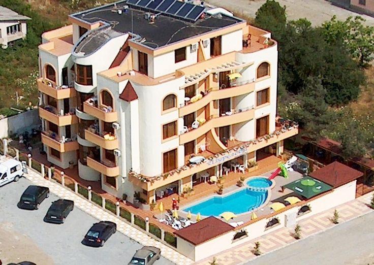 Хотел Шурелови се намира на около 350 м. от северния плаж на гр. Приморско. На разположение са двойни, тройни стаи и луксозни апартаменти. Стаите и апартаментите са големи и обзаведени според изискванията на 3-4 звездни категории – телевизори, интернет, хладилници и климатици.