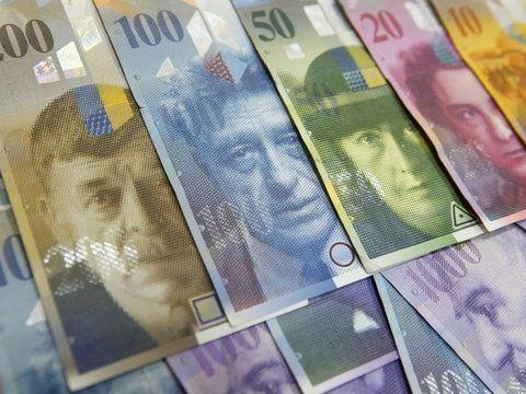 Zbiorowa walka klientów mających zaciągnięte kredyty walutowe z bankami może trwać latami i nie przynieść efektów. Mimo to w całym kraju tysiące zdesperowanych frankowiczów decydują się dołączać do po...