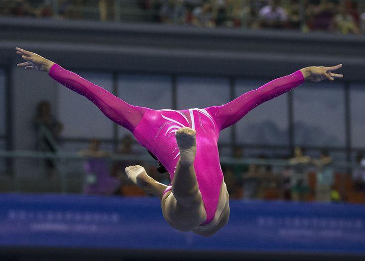 La statunitense Kyla Ross alla trave di equilibrio durante le qualificazioni dei Campionati mondiali di ginnastica artistica a Nanning, in Cina, 5 ottobre 2014. (AP Photo/Andy Wong)