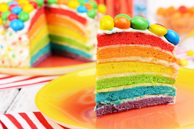 Torta arcobaleno: ricetta facile della Rainbow Cake, la torta per bambini per eccellenza, coloratissima e semplice da fare.