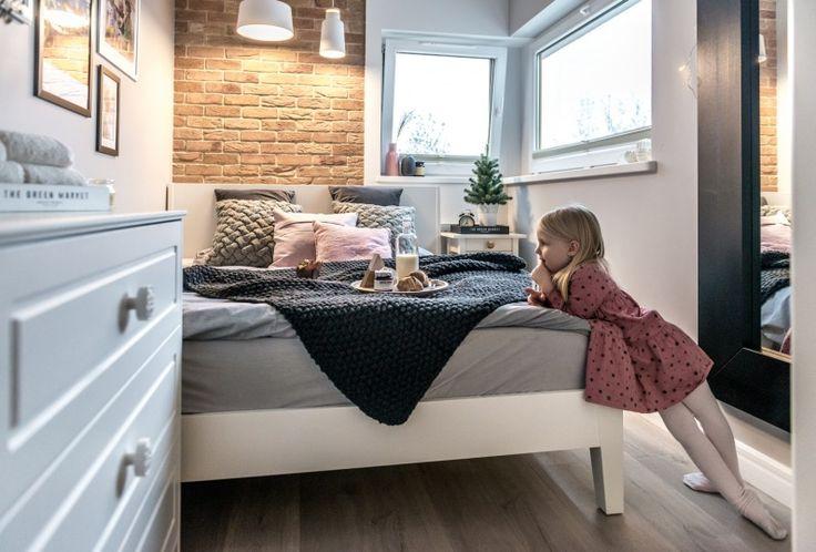 W sypialni znajdują się podstawowe meble o prostym kształcie, które są funkcjonalne, a zajmują niewiele miejsca. Łóżko...