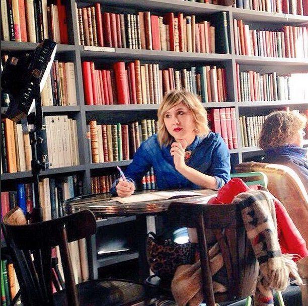 Spotted : L'actrice et comédienne de la série Bref (Canal +), Bérengère Krief (Alias Marla), roulant à Paris sur un vélo pliant électrique, portant un casque Sawako Furuno Léopard, et sur son vélo des sacoches double Basil Bloom rouges et un couvre selle Basil Bloom bleu.  « Bref, Bérengère sur son vélo, c'est vraiment la classe ». Plus d'info ici : http://www.hollandbikes.com/quand-stars-font-velo.htm