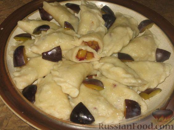 Фото приготовления рецепта: Творожные вареники со сливами - шаг №4