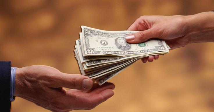 Tipos de planes de bonos para empleados. Los programas de bonificación para empleados comprenden recompensas o incentivos que los empleadores pagan a sus trabajadores. Algunas recompensas se basan en el rendimiento y la tenencia, mientras que otras son por razones tales como la de atraer o retener talentos. Los planes de incentivos para empleados por lo general son discrecionales, es ...
