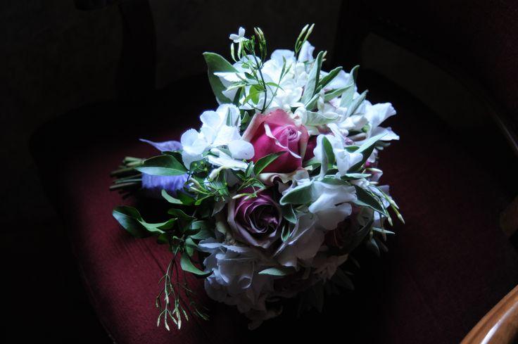 Il piccolo bouquet della testimone è una fedele riproduzione del bouquet della sposa.