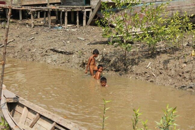 Sebagian masyarakat yang masih kesulitan mendapatkan akses air bersih.
